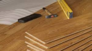 Tablas de un piso de madera y algunas herramientas