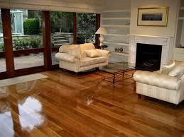 Sala de una casa llena de muebles y con un piso flotante